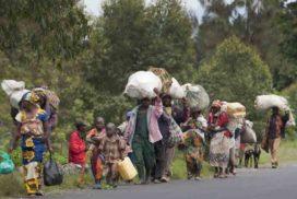 Les populations fuyent leurs villages à cause des combats entre les FARDC et les groupes rebelles à Sake au Nord-Kivu le 30 avril 2012. © MONUSCO/Sylvain Liechti